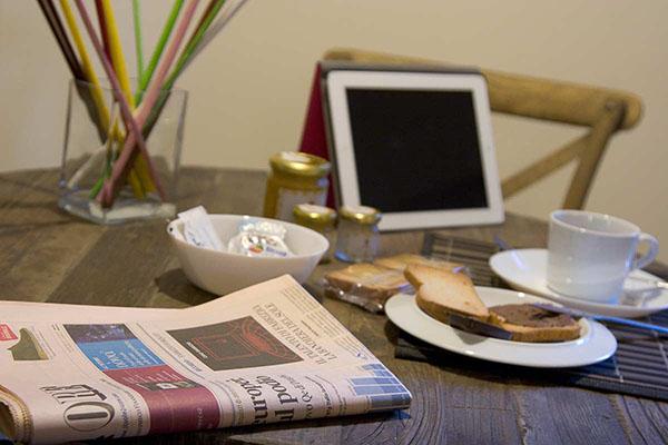 Tavolo con giornale