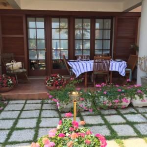 particolare dei mobili in Teak usati per arredare la veranda